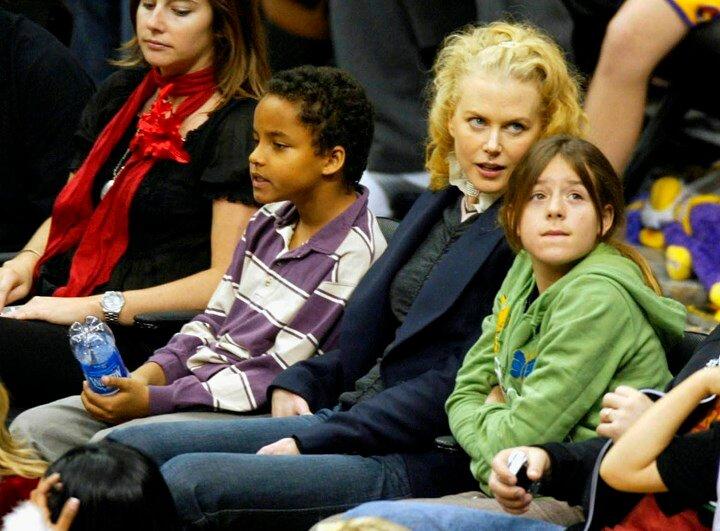 Приёмные дети Тома Круза и Николь Кидман - на баскетбольном матче в 2004 году